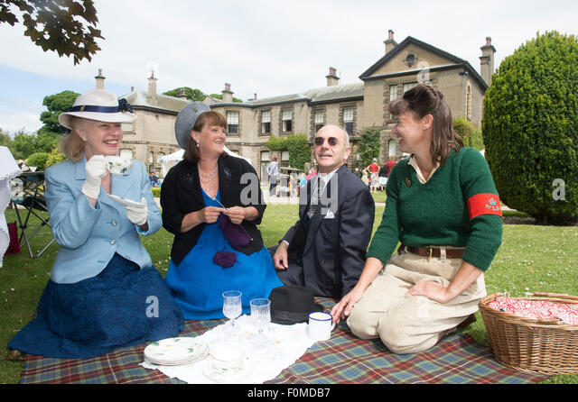 1940's nostalgia garden party held on the lawns of Lotherton Hall in West Yorkshire - Stock-Bilder