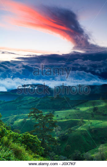 Wind shaped and colourful evening clouds over the Chiriqui highlands, Republic of Panama. - Stock-Bilder