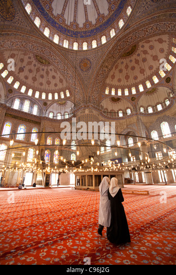 Two Muslim women in Yeni Camii - Istanbul - Stock-Bilder