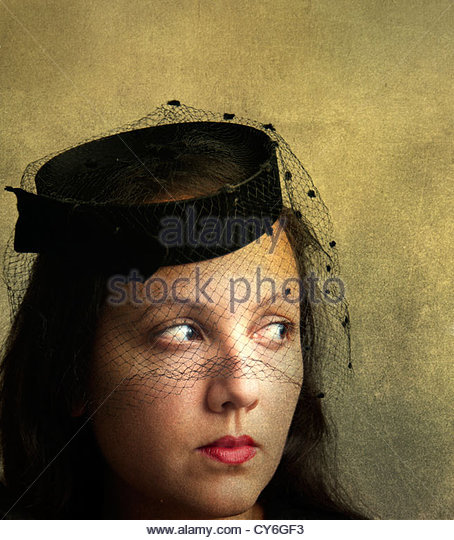Portrait of mysterious beautiful woman with old fashioned pillbox hat with veil - Stock-Bilder