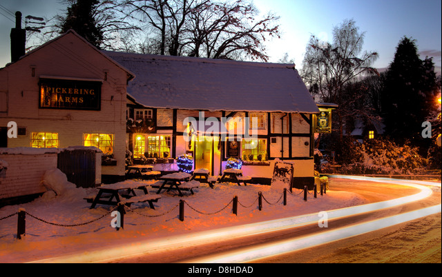 The Pickerings Arms Pub At Thelwall In The Winter Snow South Warrington Cheshire Night Image England UK - Stock Image