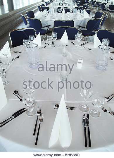 Place settings on round banquet table - Stock Image