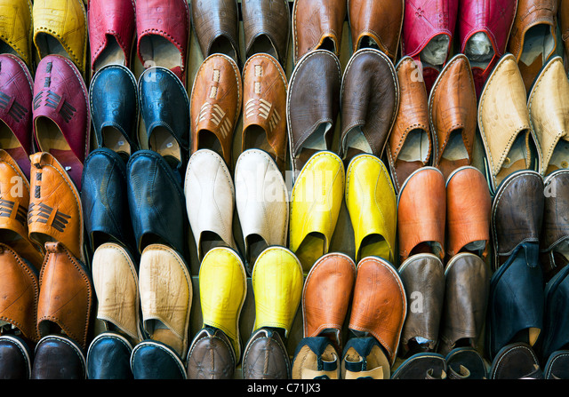 Soft leather Moroccan slippers in the Souk, Medina, Marrakesh, Morocco, North Africa - Stock-Bilder