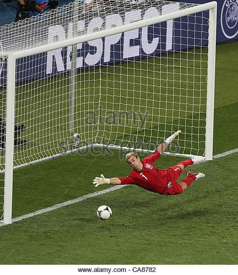 24/06/2012 Kiev. Euro 2012 Football. England v Italy. England goalkeeper Joe Hart sees a shot hit the goal post. - Stock-Bilder