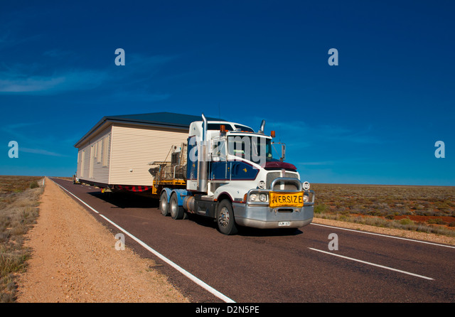 Truck transporting a full house on its trailer in the Outback of South Australia, Australia, Pacific - Stock Image