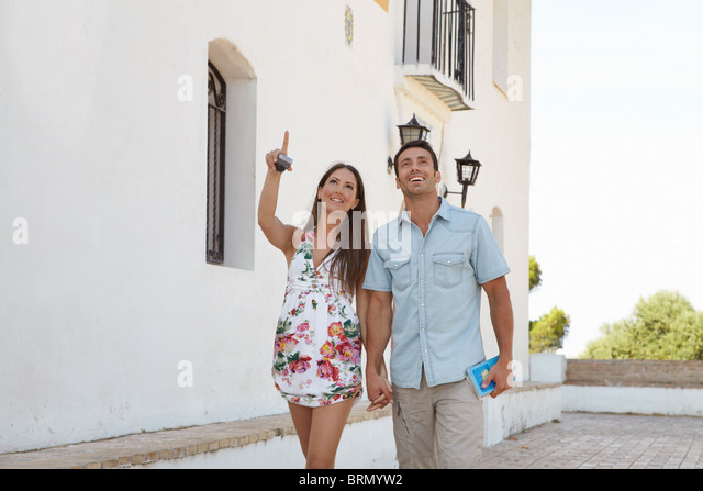Couple looking at tourist attractions - Stock-Bilder