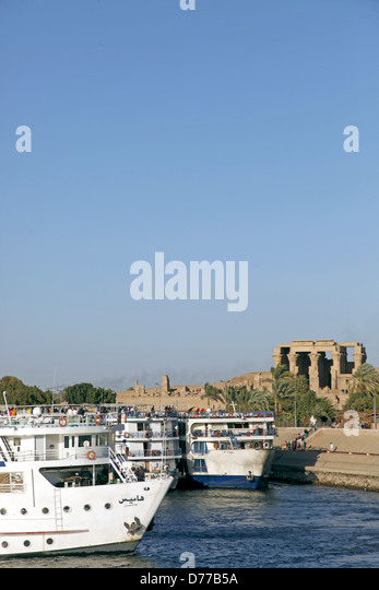CRUISE LINERS & TEMPLE KOM OMBO EGYPT 09 January 2013 - Stock Image