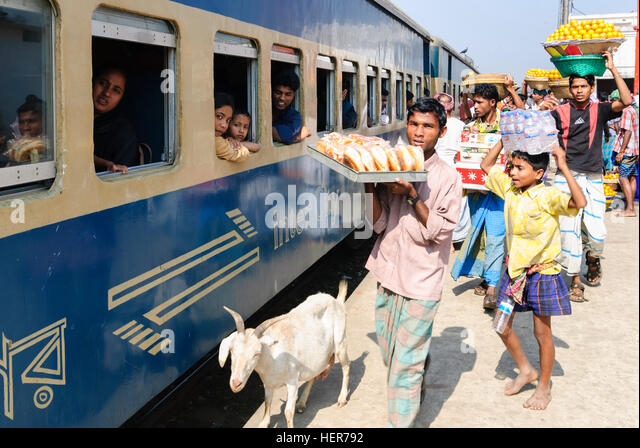 Akhaura: Intercity train in the station, snack salesman with food on head, Chittagong Division, Bangladesh - Stock-Bilder