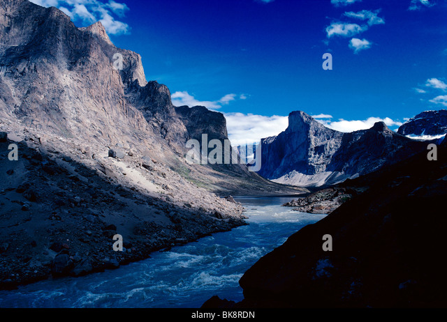 View up Weasel River at Windy Pass Bridge to Mt. Thor, Auyuittuq National Park, Baffin Island, Nunavut, Canada - Stock-Bilder