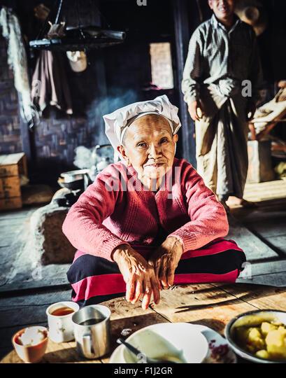 Palaung woman serving tea in Omshan Burma, - Stock-Bilder