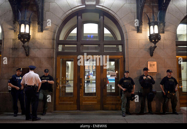 Baltimore, USA. 29th Apr, 2015. Police guard in front of the gate of the railway station in Baltimore, Maryland, - Stock Image