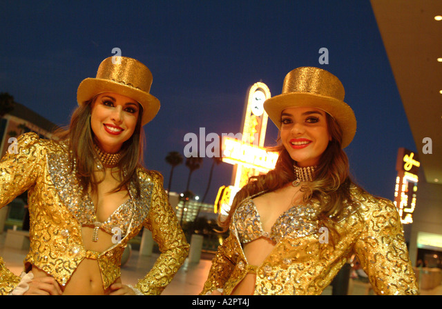 editorial-only-showgirls-outside-the-tre