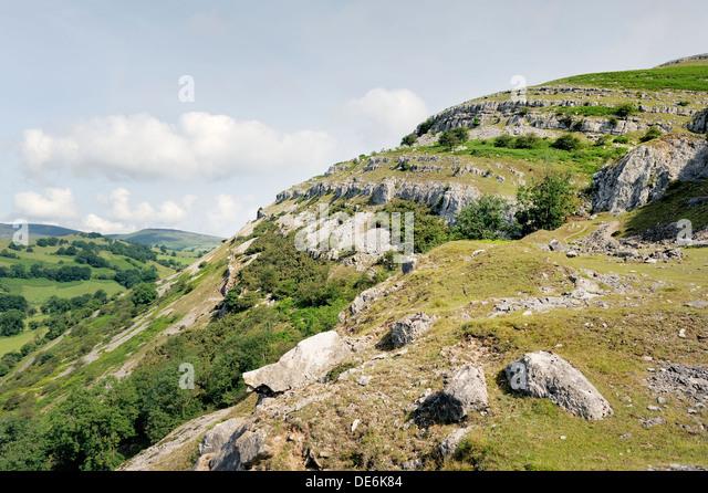 Lllangollen Denbighshire, north Wales. N.W. along Creigiau Eglwyseg Trevor Rocks limestone escarpment above Afon - Stock Image