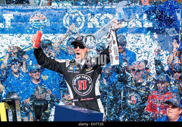Las Vegas, NV, USA. 8th Mar, 2015. Las Vegas, NV - Mar 08, 2015: Kevin Harvick (4) celebrates his win in victory - Stock-Bilder