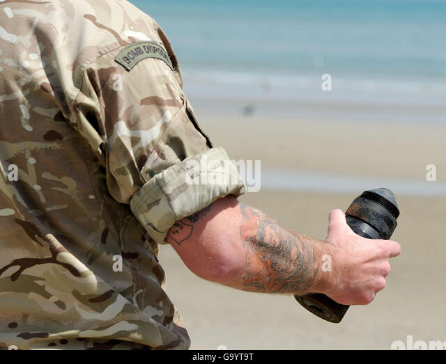 Army Bomb Disposal team remove a WWII device from Weymouth beach, Dorset, Britain - Stock Image