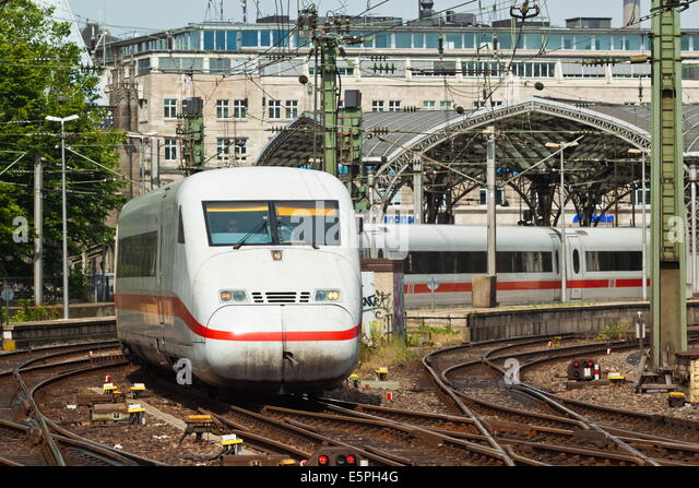 Intercity-Express ICE electric train leaving the central Hauptbanhof (railway station), Cologne, North Rhine-Westphalia, - Stock-Bilder