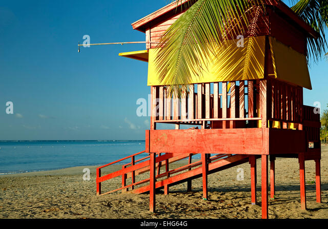 Lifeguard house and beach, Luquillo Public Beach, Luquillo, Puerto Rico - Stock Image