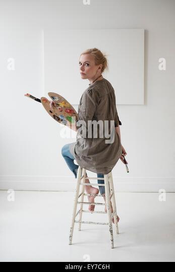 Female artist painting in studio - Stock Image