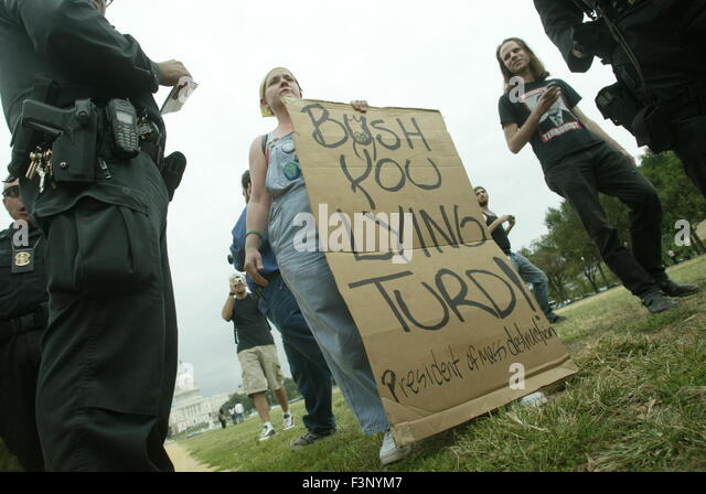 An anti-war protester holds a sign reading, 'Bush, you lying turd.' on the national mall near the Washington - Stock Image