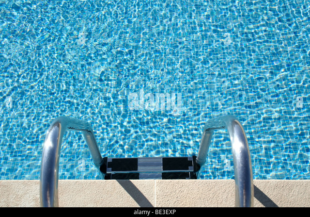 Hotel swimming pool with sunny reflections, great for summer and vacations themes and backgrounds - Stock-Bilder