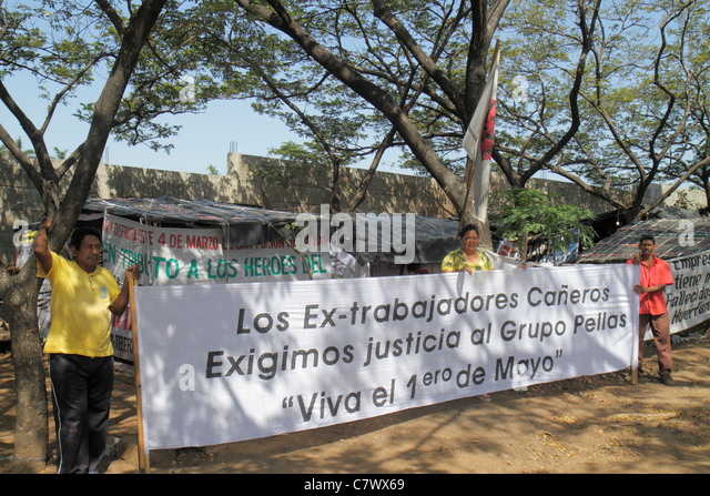 Managua Nicaragua Avenida Simon Bolivar protest squatters cardboard house huts shacks corporate social responsibility - Stock Image