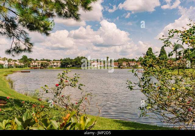 Townhouses surround a small lake in the suburbs just outside of Tampa, Florida, USA. - Stock Image