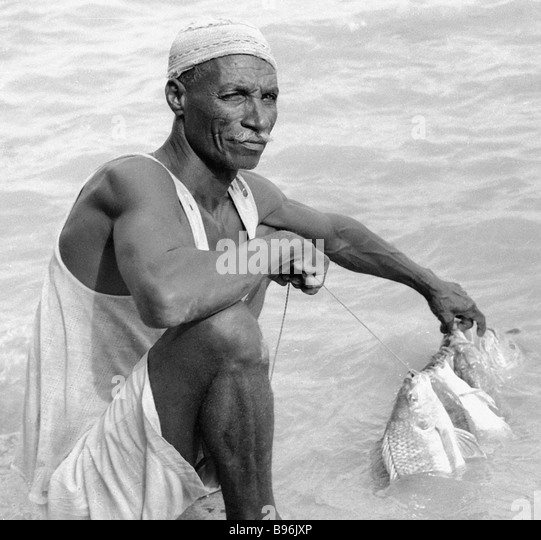 Sudanese fisherman shows his catch - Stock Image