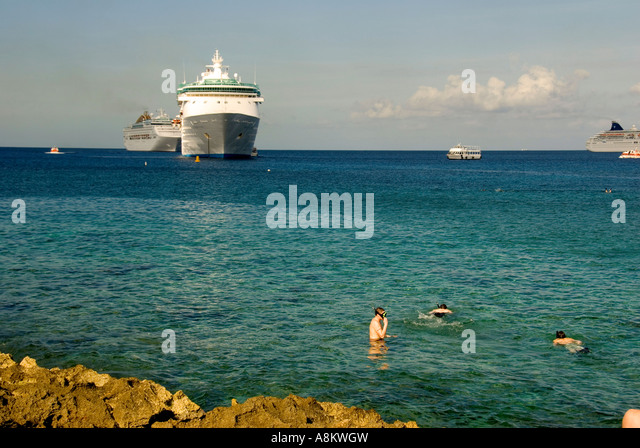Grand Cayman George Town snorkelers snorkeling excursion - Stock Image