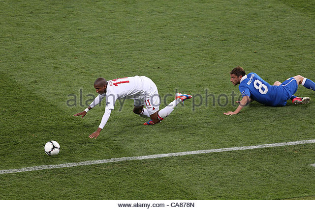 24/06/2012 Kiev. Euro 2012 Football. England v Italy. Ashley Young stumbles after a tackle from Claudio Marchisio. - Stock-Bilder