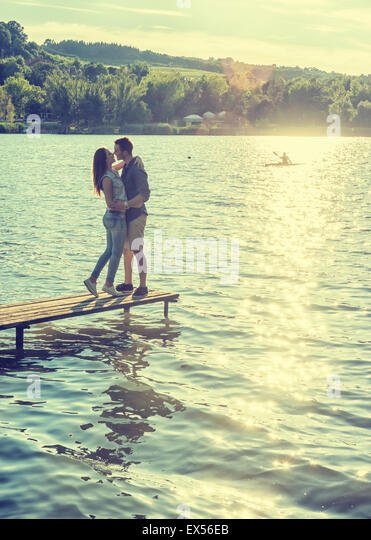 Couple embrace on the pier - Stock-Bilder