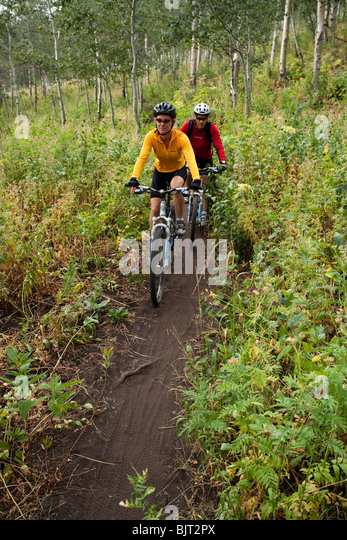 USA, Utah, couple mountain biking - Stock Image