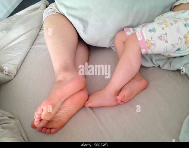 Mother and child (daughter) sleeping in bed. - Stock-Bilder