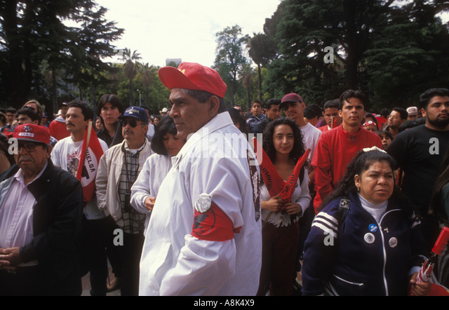 United Farm Workers supporters and members gather for a rally during the 350 mile from Delano to Sacramento. 1994. - Stock-Bilder