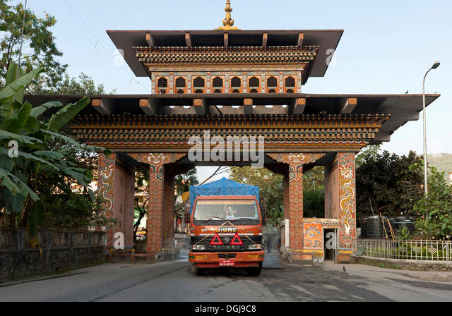 Truck of a Bhutanese transport company crossing the border through the Bhutan Gate, Gate of Bhutan, from Jaigoan, - Stock Image