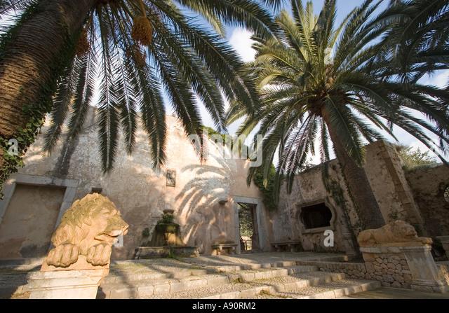 Spain Mallorca Jardins Alfabia palm trees lion sculpture - Stock Image