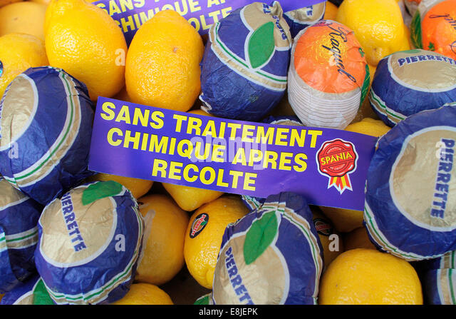 Labels on Spania lemons 'without chemical treatment after harvest.' - Stock Image