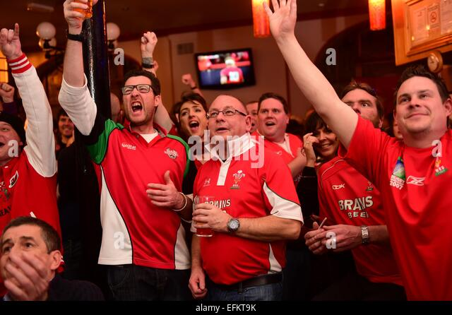 Aberystwyth Wales UK, Friday 6 February 2015Avid, and ultimately disconsolate, welsh rugby fans watch their team - Stock-Bilder