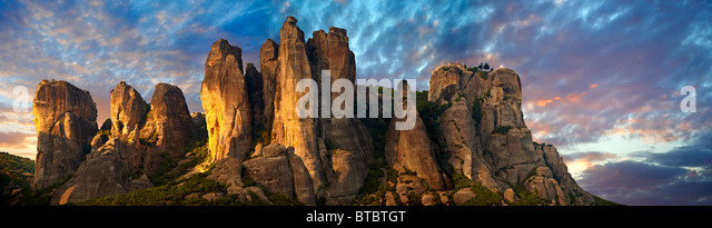 Meteora mountain range with Greek Orthodox Monastries on top. Greece - Stock-Bilder