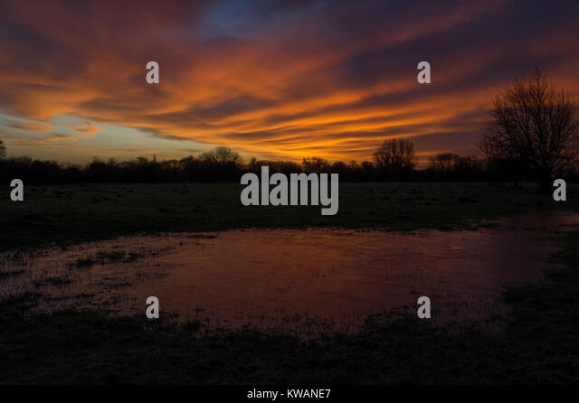 Nafferton, Driffield, UK. 2nd Jan, 2018. Proceeding Storm Eleanor a winter sunrise lights up the sky over frozen - Stock Image