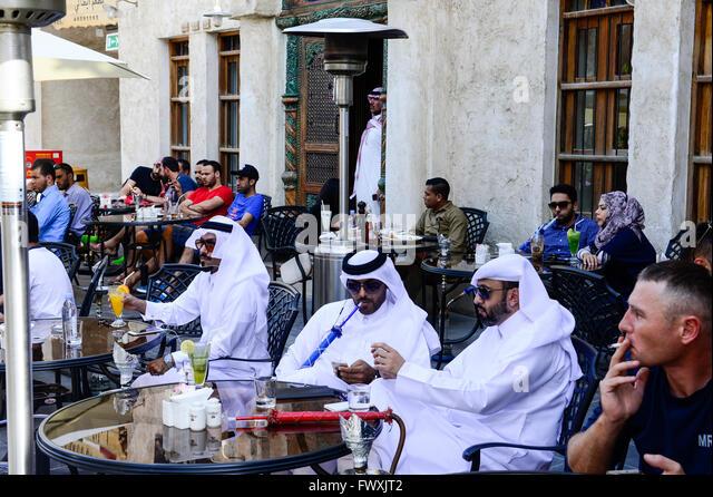QATAR, Doha, Bazar Souq Waqif, sheikh in shisha cafe / KATAR, Doha, Basar Souk Wakif, Scheichs in Shisha Cafe - Stock-Bilder