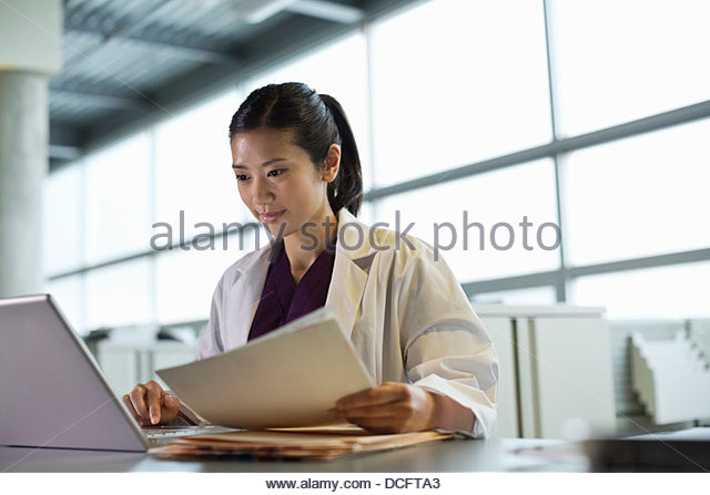 Medical professional using laptop - Stock Image