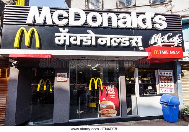 India Mumbai Asian Andheri McDonald's restaurant fast food English Marathi Hindu front entrance - Stock Image