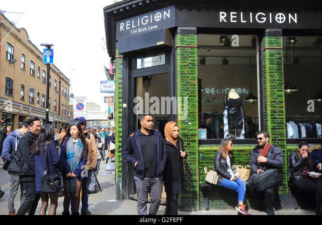 Mixed cultures on Brick Lane Sunday market, in east London, England, UK - Stock-Bilder