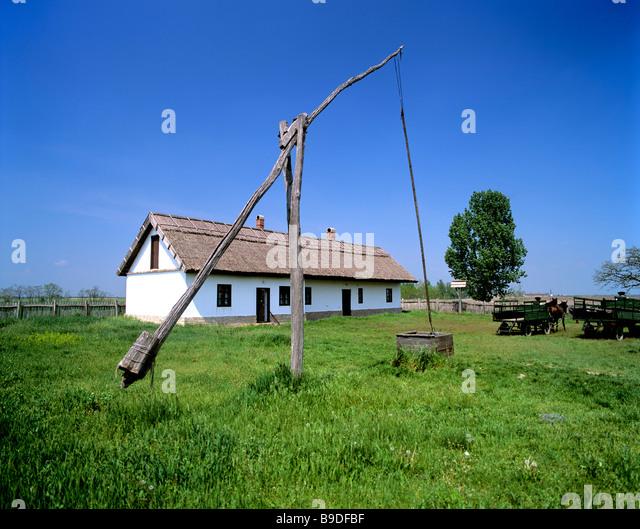 Csarda, well and farmhouse in the Puszta, Hungary - Stock-Bilder