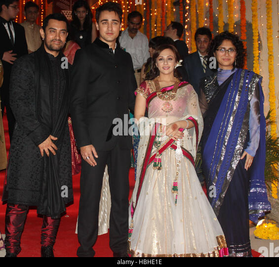 Actor Aamir Khan with wife Kiran Rao pose picture newly married couple Imran Khan Avantika Malik 24 Pali Hill bungalows - Stock-Bilder