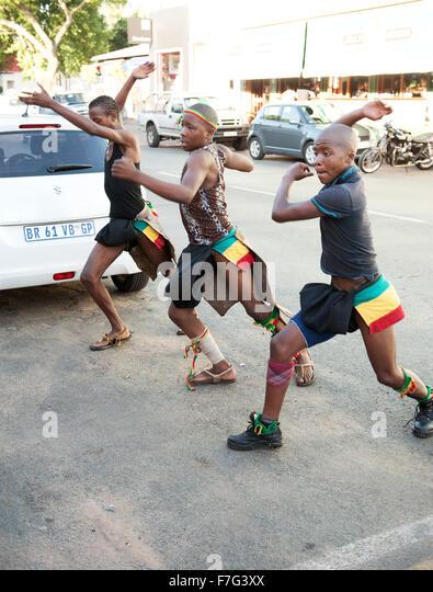 Zulu dancers perform in the Pankhurst neighbourhood of Johannesburg, South Africa. - Stock Image