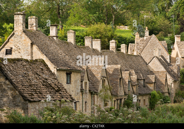 Picturesque cottages at Arlington Row in the Cotswolds village of Bibury, Gloucestershire, England. Summer (September) - Stock-Bilder