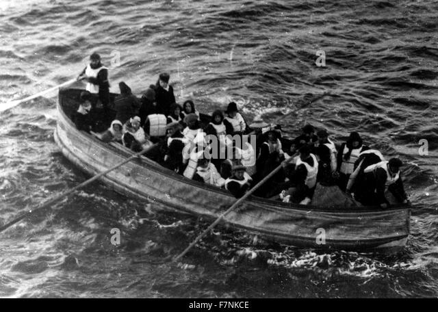 lifeboat with survivors from the SS Titanic 1912 - Stock-Bilder