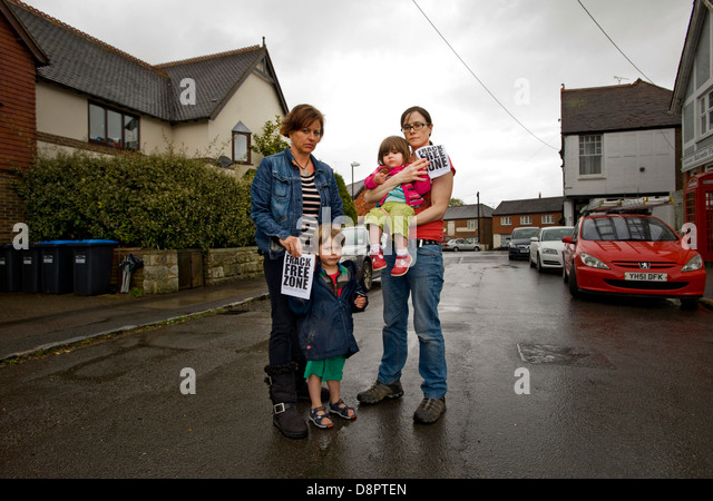 Nancy Towers 47 - one of the campaign organisers at work in her kitchen with Helen Butcher 38, her kids Daniel 3 - Stock Image