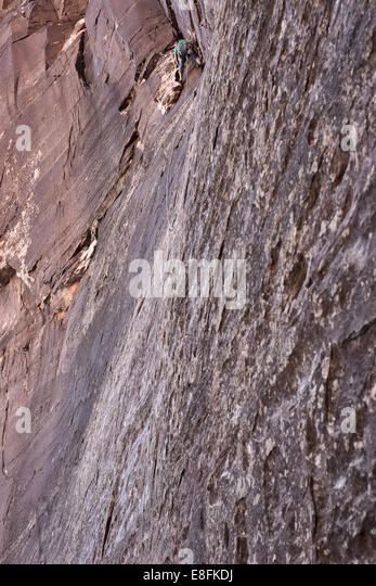 USA, Nevada, Man climbing at Red Rocks State Park - Stock Image